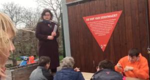 Wethouder Jakobien Groeneveld neemt het verzoek voor het land voor het voedselbuurtbos in ontvangst